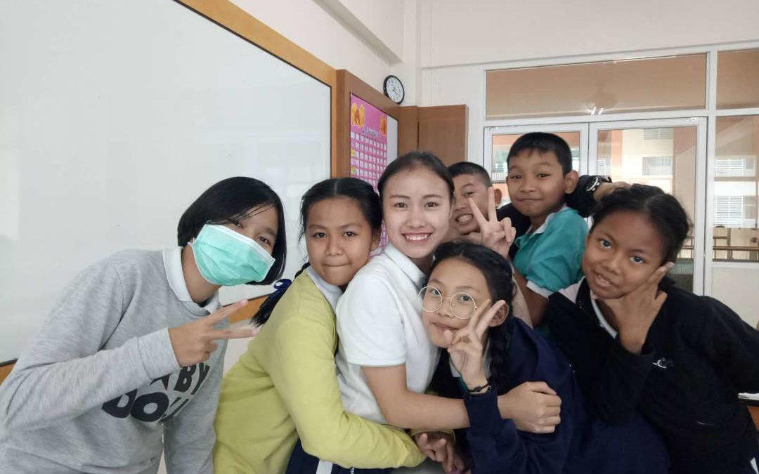 大學生在泰國教漢語