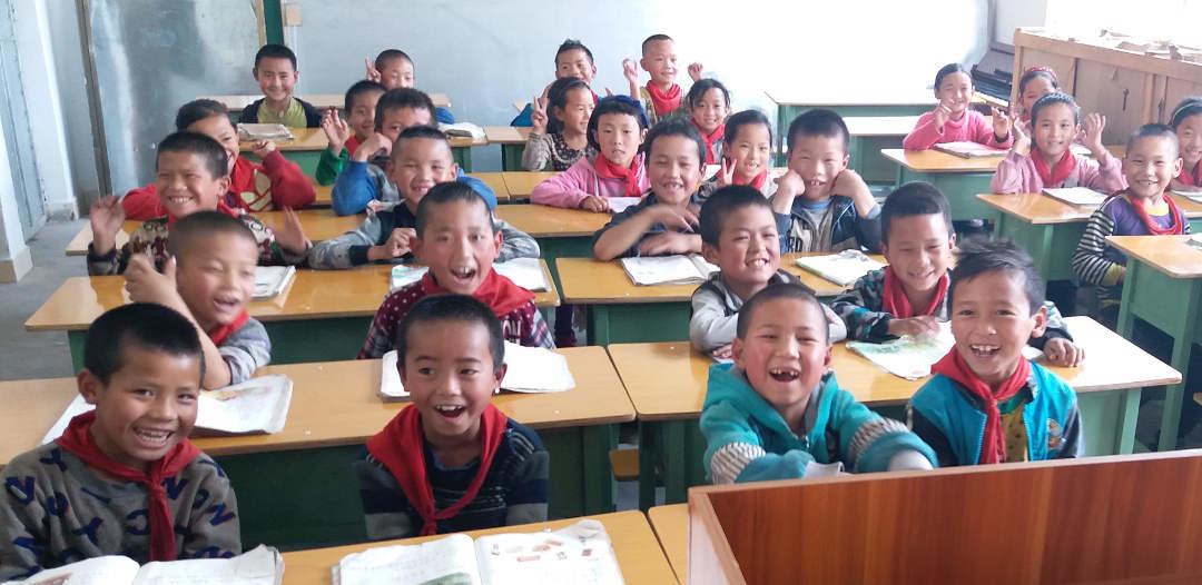 購買新桌椅給農村學校